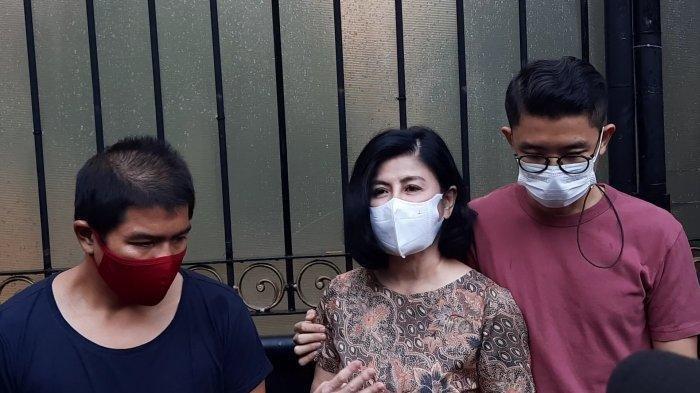 Desiree beserta kedua anak dan kuasa hukumnya melakukan preskon di depan rumah miliknya, di Jalan Pangeran Antasari, Jakarta Selatan, Jumat (26/3/2021). (Tribunnews.com/Fauzi Nur Alamsyah)