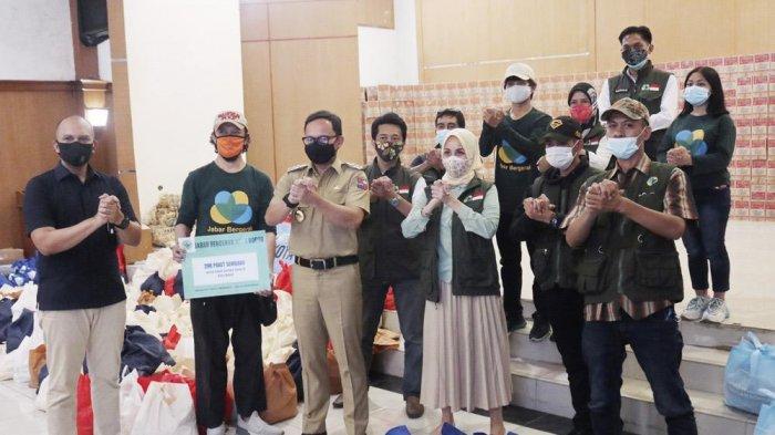 Ketua Satgas Covid-19 Kota Bogor, Bima Arya menerima secara simbolis bantuan di Posko Logistik PPKM Kota Bogor, mulai dari 200 paket sembako dari Jabar Bergerak
