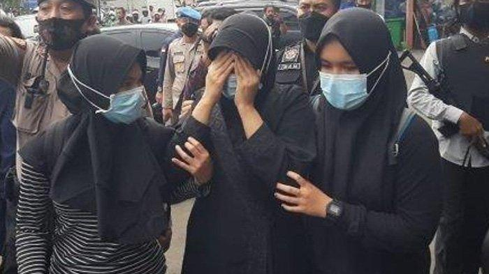 Penangkapan Terduga Teroris di Condet, Wanita Berbaju Hitam Berontak : Saya Enggak Mau Dibawa