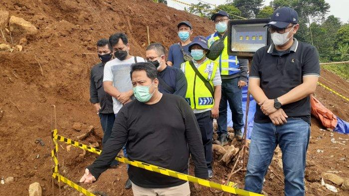 Jajaran direksi Perumda Tirta Pakuan Kota Bogor meninjau perbaikan kebocoran pada pipa transmisi air baku 1.000 milimeter (mm) di jalur Intake Ciherang Pondok-IPA Dekeng, Selasa (20/7/2021) siang.