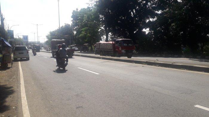 Jumat Siang, Lalu Lintas Kendaraan di Jalan Raya Jakarta-Bogor Kawasan Sukaraja Lancar