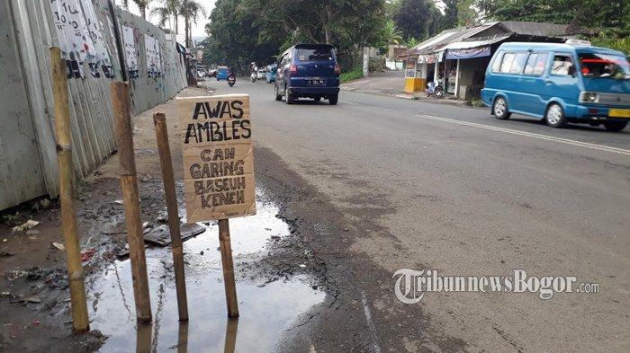 Awas Ada Jalan Amblas di Jalur Puncak, Warga Sebut Bekas Galian Kabel