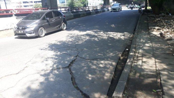 Jalan Beton di Jalan Sholeh Iskandar Bogor Nyaris Amblas