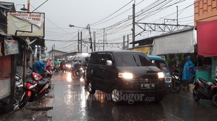 Diguyur Hujan, Jalan Raya Bojonggede Tersendat di Depan Stasiun