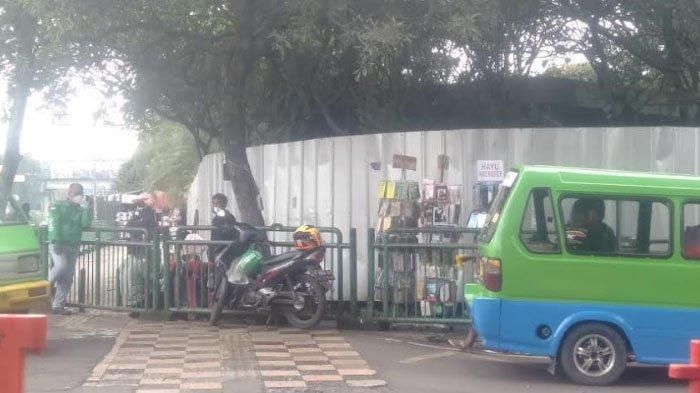 Sempit dan Dipenuhi PKL, Sulitnya Berjalan Kaki di Pedestrian Simpang Eks Taman Topi