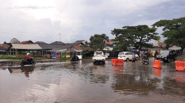 Jalan disekitar Terminal Leuwiliang tergenang karena buruknya saluran drainase sehingga jalan cepat rusak