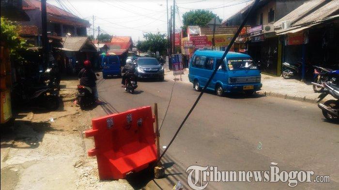 Tersangkut Truk, Kabel Menjalar di Tengah Jalan Kebon Pedes