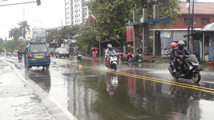 Diguyur Hujan, Lalu Lintas di Jalan KS Tubun Saat Ini Ramai Lancar