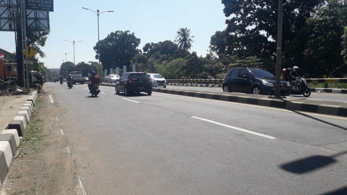 Lalu Lintas Kendaraan di Jalan Raya Jakarta - Bogor Kawasan Sukaraja Ramai Lancar