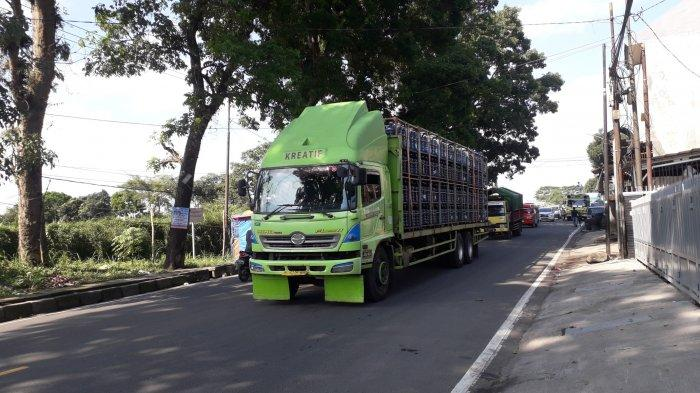 Lalu Lintas di Jalan Raya Ciawi - Sukabumi Kawasan Cigombong Bogor Saat Ini Ramai Lancar