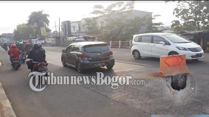 Aspal Jalan Raya Jakarta-Bogor Amblas Ditengah Lintasan, Keselamatan Pengguna Jalan Terancam