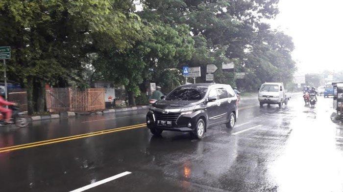 Diguyur Hujan, Lalu Lintas Kendaraan di Jalan Raya Jakarta-Bogor Kawasan Sukaraja Ramai Lancar