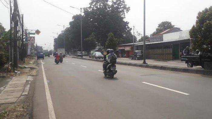 Lalu Lintas Kendaraan di Jalan Raya Jakarta - Bogor Kawasan Cibinong Saat Ini Ramai Lancar