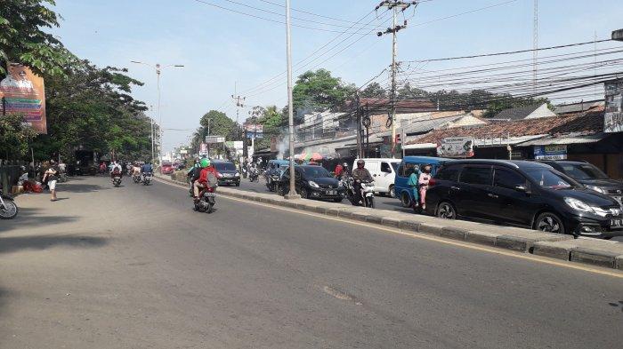 Arus Lalu Lintas Kendaraan di Jalan Raya Jakarta - Bogor Depan Pasar Cibinong Lancar