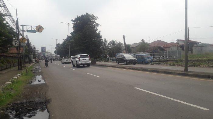 Lalu Lintas Kendaraan di Jalan Raya Jakarta-Bogor Kawasan Sukaraja Jelang Siang Ini Ramai Lancar