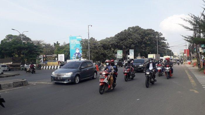 Lalu Lintas Kendaraan di Jalan Raya Jakarta - Bogor Kawasan Simpang Sentul Saat Ini Ramai Lancar