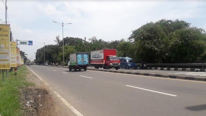 Lalu Lintas Kendaraan di Jalam Raya Jakarta - Bogor Kawasan Sukaraja Ramai Tanpa Hambatan