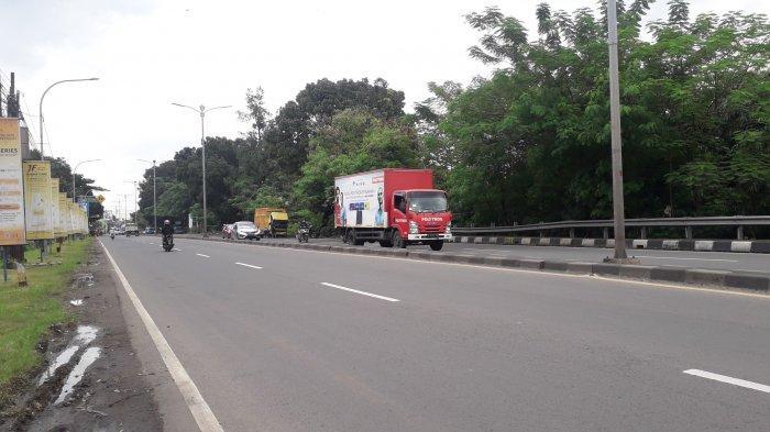Lalu Lintas Kendaraan di Jalan Raya Jakarta - Bogor Kawasan Sukaraja Ramai Lancar Jelang Siang