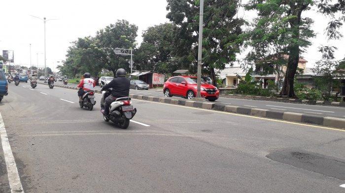 Lalu Lintas di Jalan Raya Jakarta - Bogor kawasan Sukaraja Ramai Lancar