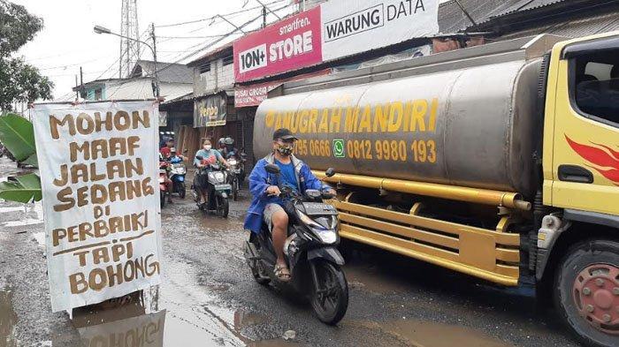 Jalan Raya Pabuaran Bojonggede Rusak, Warga Pasang Spanduk 'Jalan Sedang Diperbaiki, Tapi Bohong'