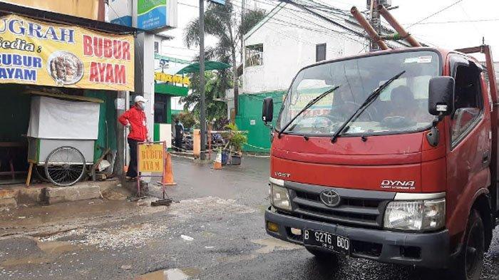 Diguyur Hujan, Arus Lalu Lintas di Jalan Raya Pabuaran Ramai di Kedua Arah