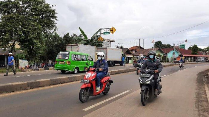 Jelang Siang Hari, Arus Lalu Lintas di Jalan Raya Parung Lancar Tanpa Hambatan