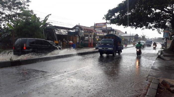 Hati-hati Melintas Jalan Raya Parung Bogor, Saat Ini Tengah Diguyur Hujan Deras