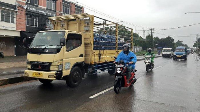 Hujan, Arus Lalu Lintas di Jalan Raya Parung Ramai Lancar