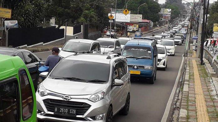 Libur Panjang, Lalu Lintas Kendaraan di Jalan Raya Puncak Padat Merayap