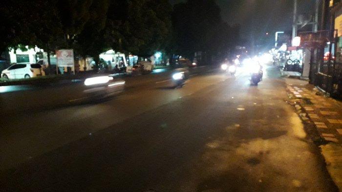 Lalu Lintas Kendaraan di Jalan Raya Sukahati Cibinong Ramai Lancar Malam Ini