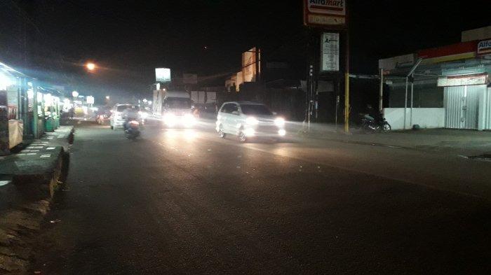Lalu Lintas Kendaraan di Jalan Raya Sukahati Cibinong Malam Ini Ramai Lancar