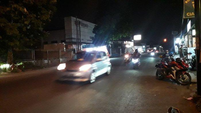 Jalan Raya Sukahati Cibinong Selasa Malam Ramai Lancar