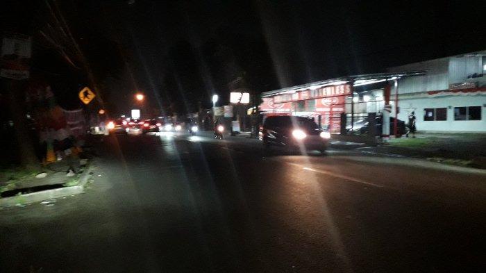 Lalu Lintas Kendaraan di Jalan Raya Sukahati Cibinong Pada Rabu Malam Ramai Lancar