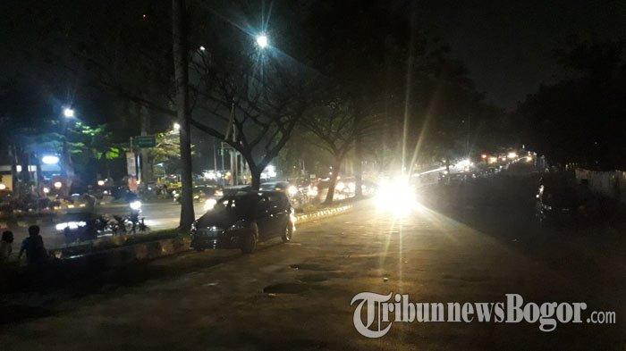 Lalu Lintas Di Jalan Raya Tegar Beriman Cibinong Malam Ini Ramai Tanpa Hambatan