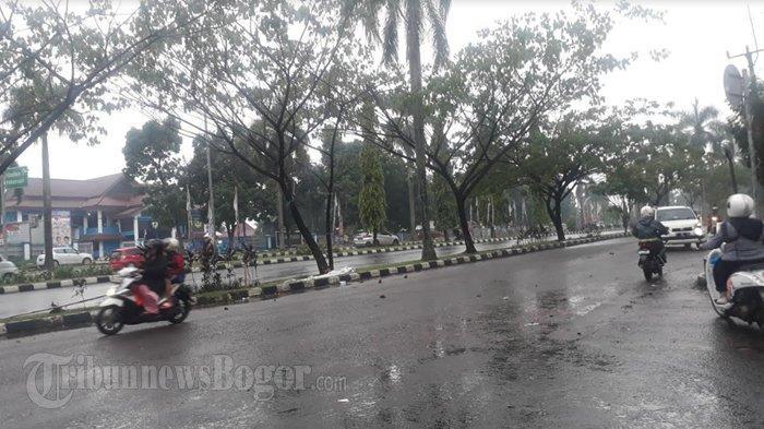 Diguyur Hujan Rintik, Lalu Lintas Di Jalan Tegar Beriman Cibinong Ramai Lancar