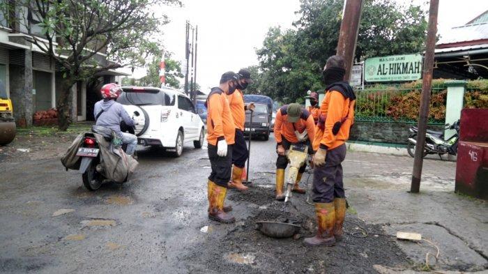 Berdasarkan data Dinas PUPR Kota Bogor ada 34 titik jalan berlubang di Kota Bogor.