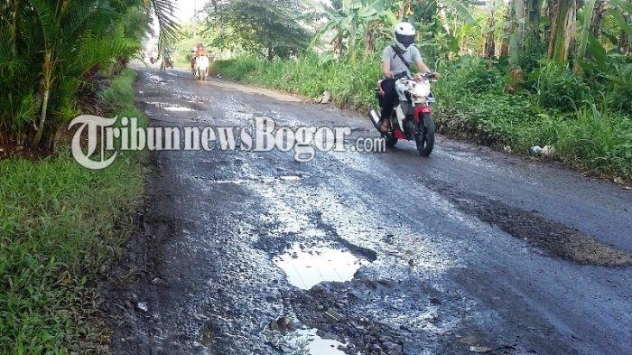 Akses Penghubung Dua Desa di Kabupaten Bogor Dipenuhi Lubang dan Batu Kerikil