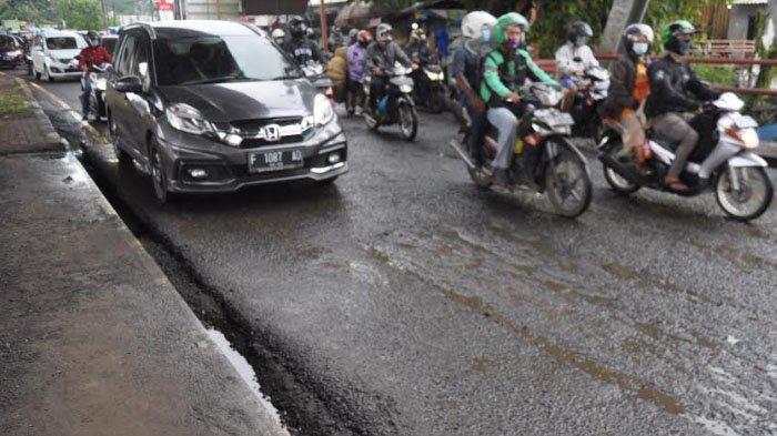 Arus Lalu Lintas di Jalan Sholeh Iskandar Terpantau Macet Panjang