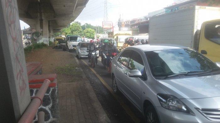 Jalanan Berlubang, Lalu Lintas Jalan Sholesh Iskandar Mengular hingga Putaran Arah Cilebut