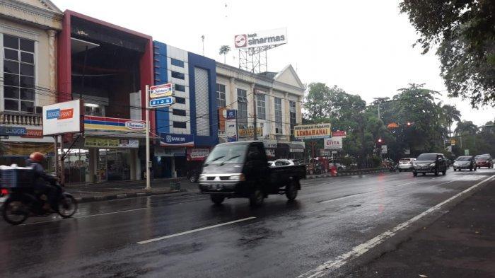 Lalu Lintas Jalan Sudirman Bogor Ramai Senin Pagi Ini, Hati-hati Jalan Licin