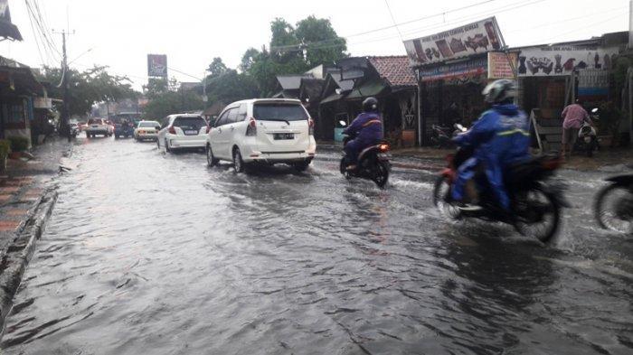 INFO LALU LINTAS : Jalan Sukahati Bogor Tergenang, Laju Kendaraan Tetap Lancar