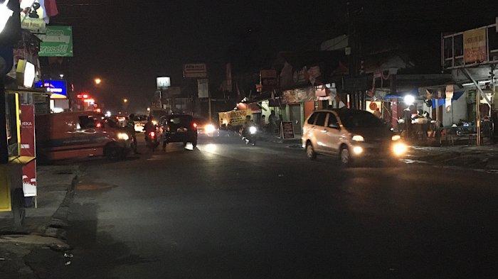 Lalu Lintas Kendaraan di Jalan Raya Sukahati Cibinong Jumat Malam Ramai Lancar