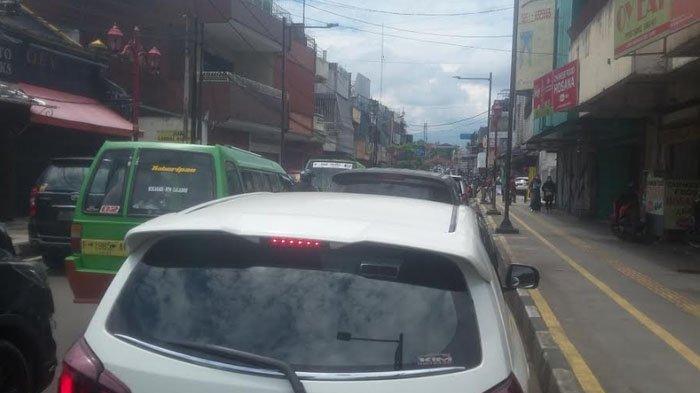 Dipadati Kendaraan, Lalu Lintas di Seputar Jalan Suryakancana Padat Merayap