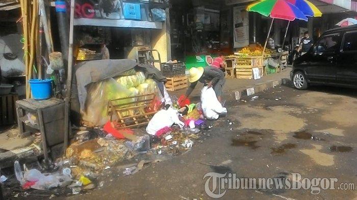 Tak Ada Tempat Sampah, Tiang Listrik Sepanjang Jalan Suryakencana Jadi Sasaran Kekumuhan