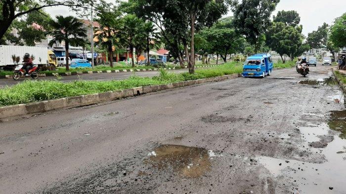 Hati-hati Melintas di Jalan Tegar Beriman, Aspalnya Terkelupas dan Banyak Lubang