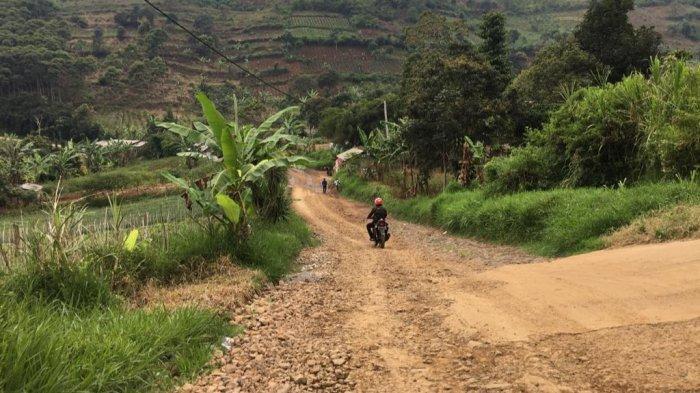 Sulit Dapat Pelayanan Kesehatan, Warga Sukamakmur Bogor Pilih Berobat ke Cianjur Lewati Jalan Rusak