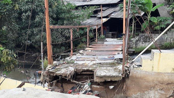Hujan deras yang terjadi, Minggu (16/5/2021) kemarin di Kedung Waringin, Bojonggede, Kabupaten Bogor, menyebabkan sejumlah bangunan rubuh.