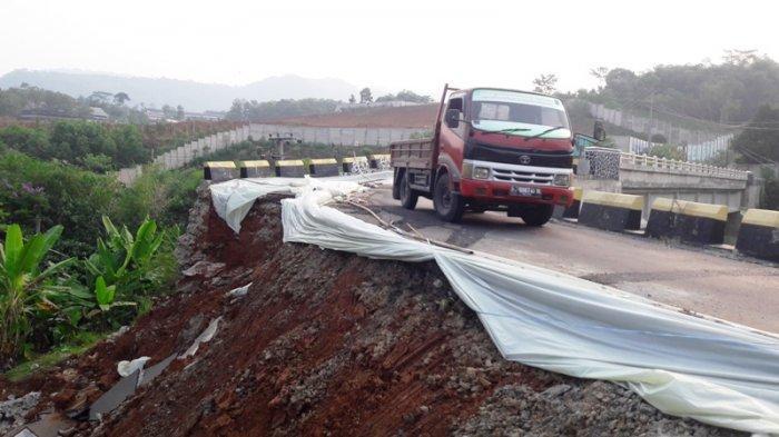 Sudah Seminggu Hancur karena Longsor, Jembatan Paranje Rumpin Belum Diperbaiki