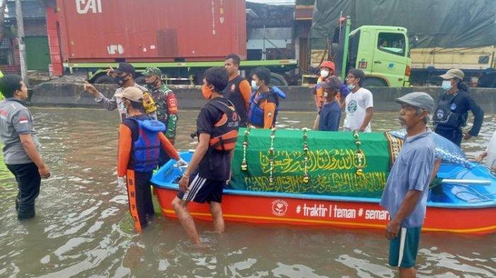 Terobos Banjir, Begini Cerita Warga Bawa Jenazah Kakek 69 Tahun dengan Perahu Karet