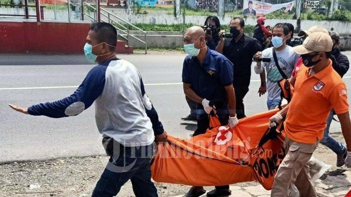 Jasad korban pemb**uhan dibawa oleh pihak Kepolisian dari kamar hotel Semarang, Kamis 11 Februari 2021.
